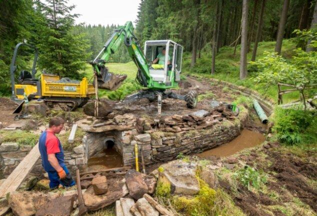 Ronny Kirschen (l.) und Marcel Klein, Mitarbeiter eines Lengefelder Hoch- und Tiefbau-Unternehmens, haben am Montag am Grünen Graben eine Natursteinmauer neu gesetzt.