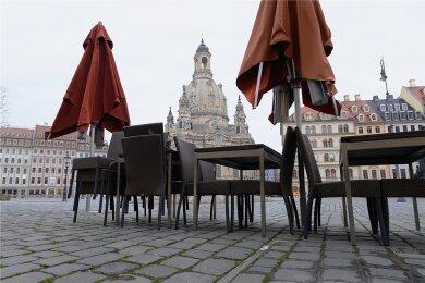 Leere Tische und Stühle auf dem Neumarkt in Dresden: Die Gastronomie hat der Lockdown besonders getroffen.