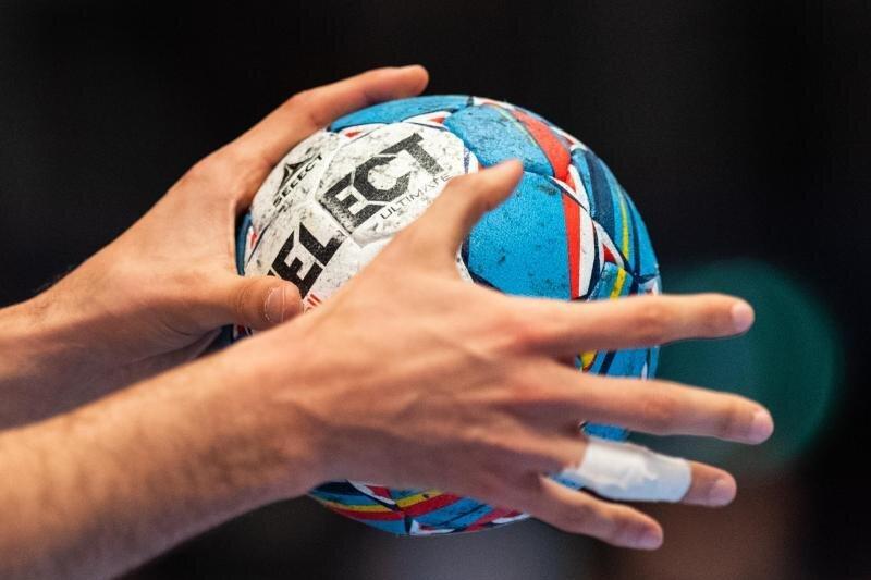 Ein Ball in der Hand eines Spielers.