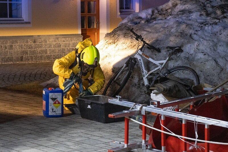 Stark riechende Flüssigkeit im Keller: Feuerwehr rückt zu Wohnhaus aus