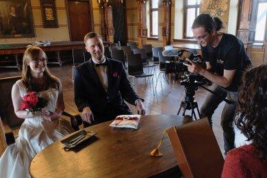 Manja Müller und Elias Halsema mimten am Montag beim Testlauf der Technik das Hochzeitspaar. Am Samstag hatElric Popp (2. v. r.) im historischen Ratssaal der Burg Mylau ein echtes Brautpaar vor den Kameras.