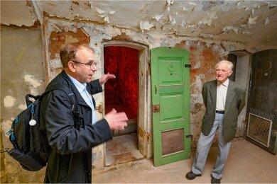 Der Stollberger Theo Schreckenbach (rechts) ist überzeugt: Hier befand sich die Wasserzelle des Frauengefängnisses auf Hoheneck. Links im Bild: Professor Stefan Appelius, Projektleiter für den Aufbau der Gedenkstätte.