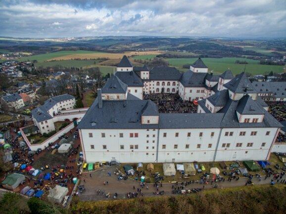 Das Wintertreffen der Motorradfahrer auf Schloss Augustusburg aus der Luft.
