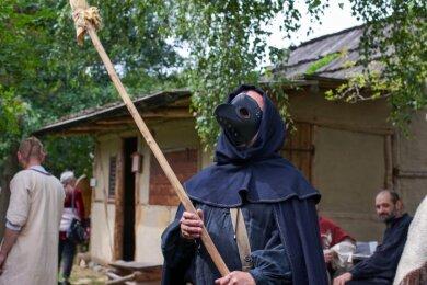 Die Pest war eine Pandemie im Mittelalter. Beim Jahrmarkt im Freilichtmuseum wurde die Pestmaske für Kontrollgänge genutzt, bei der denen auf die Einhaltung der Corona-Schutzmaßnahmen geachtet wurde.