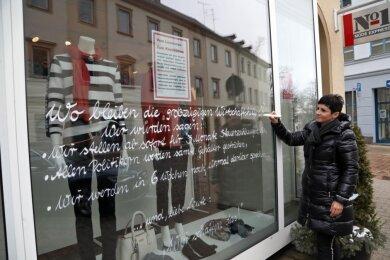 Geschäftsinhaberin Jacqueline Balzer hat ihren Frust über die derzeitige Situation gut sichtbar an ihrer Schaufensterscheibe dokumentiert.