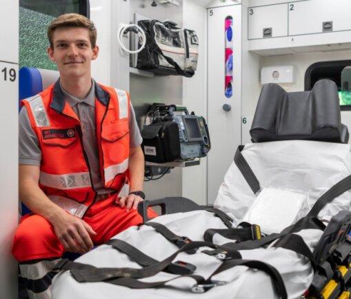 Der Rochlitzer Benjamin Oberländer tauschte für eine Woche seinen Bürostuhl bei der AOK Plus gegen den Stuhl im Rettungswagen der Johanniter-Unfall-Hilfe.