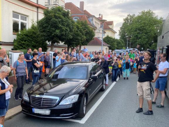 Kundgebung der Querdenken-Bewegung am Montagabend am Wartburgplatz in Plauen: Bodo Schiffmann (am Mikrofon) begrüßt die Teilnehmer.