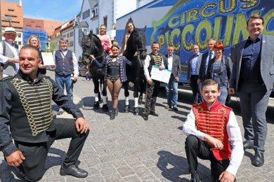 Oberbürgermeister Sven Krüger (r.), Vertreter der städtischen Unternehmen, Mitglieder des Freundeskreises und die Zirkusfamilien freuen sich gemeinsam über die Hilfe.