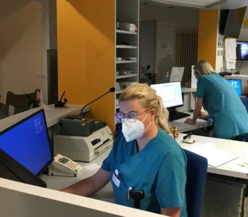 Die zweite Pandemie-Welle stellt die Mitarbeiter des Klinikums - hier Schwester Kristin Raduns (l.) und Schwester Sandra Limann in der Notfallaufnahme - vor große Herausforderungen.