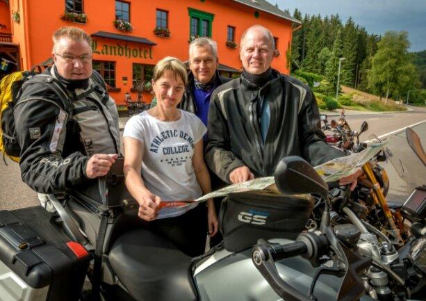 """Claudia Franke vom Heidersdorfer Landhotel """"Flöhatal"""" gibt Bikern, wie hier Axel Michand, Gerd Amend und Christian Meyer (v. l.) oft Tipps für landschaftlich reizvolle Touren durchs Erzgebirge. 95 Prozent ihrer Gäste reisen mit dem Motorrad an."""