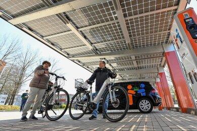 In der Nähe des Alten Flughafens an der Straße Usti nad Labem 23z können ab sofort Elektrofahrräder ausgeliehen werden. Doch die Stellfläche hat noch mehr zu bieten. Die Anwohner Renate und Reinhard Mertn freuen sich über das neue Angebot.