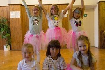 Zum Sommerfest präsentierten die Workshop-Teilnehmerinnen ihre Tänze vor Publikum. Danach gab es für die Kinder im Familienzentrum noch Eis.