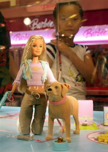 Bleihaltige Farbe auf Spielzeugautos, herausfallende Magnete mit Verschluck-Gefahr bei Barbie und Polly Pocket: Eltern und Betreuer fragen sich angesichts der immer neuen Skandale um unsicheres Spielzeug aus China, was sie den Kleinen noch bedenkenlos geben können. Das Foto zeigt ein chinesisches Mädchen, das Mattel-Spielzeug in einem Schaufenster eines Spielzeugladens im chinesischen Schanghai betrachtet.