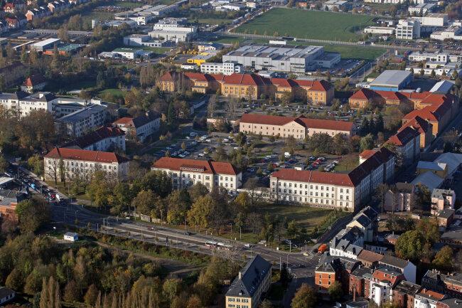 An der Haltestelle im Vordergrund stiegen Opfer und Täter aus, rechts in der Kopernikusstraße kam es dann zu der Straftat.