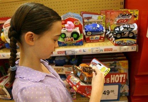 """Der Rückruf von weltweit 18 Millionen Spielzeugen aus China wird im Reich der Mitte weitgehend verschwiegen. """"Es ist noch zu früh für eine Reaktion, wir prüfen die Angaben"""", sagte ein Sprecher des Handelsministeriums in Peking. Das Foto zeigt ein Mädchen in einem Spielzeugladen im chinesischen Schanghai."""
