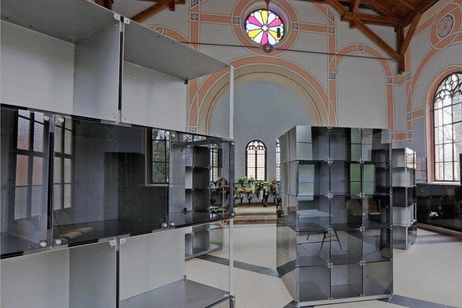 Im Kolumbarium gleich rechts vom Haupteingang sind fünf Urnentürme aufgestellt worden.