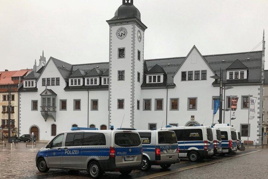 Auf dem Obermarkt waren am Montagabend mehrere Polizeifahrzeuge postiert worden.