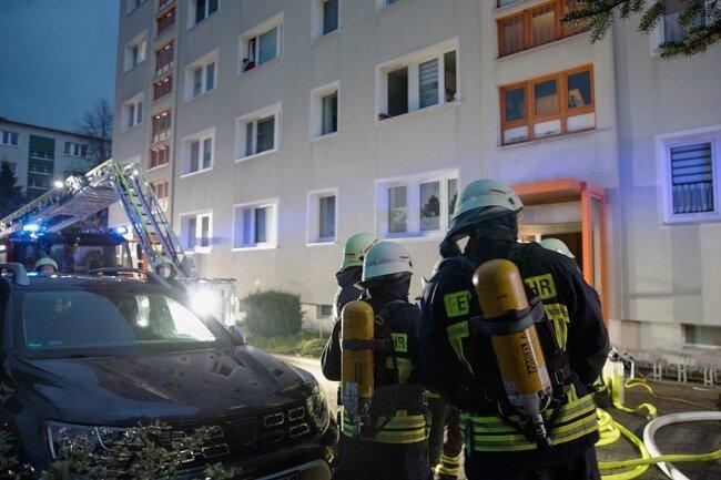 Wegen eines Brandes im Kellergeschoss in einem Wohnblock an der Maxim-Gorki-Straße in Freiberg rückte am Sonntagabend ein Großaufgebot an Rettungskräften auf den Wasserberg aus.