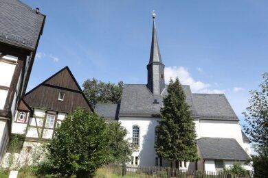 Mit der Dorfkirche und den umliegenden Fachwerkhäusern sowie mit viel Grün strahlt der Martinsplatz im Glauchauer Ortsteil Jerisau Idylle aus.
