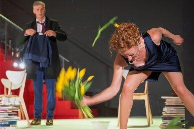 """Gesittet ein Problem lösen? Wie dieses Vorhaben enden kann, zeigt """"Der Gott des Gemetzels"""" derzeit in Zwickau. Da helfen Annette Reille, gespielt von Julia Hell, auch keine Tulpen mehr, und schon gar nicht ihr Mann Alain (Rüdiger Hauffe)."""