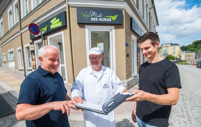 Die Agrargenossenschaft Lößnitz-Stollberg eröffnet im ehemaligen Schlecker in Lößnitz einen Regio-Markt. Vorstandsvorsitzender der Agrargenossenschaft, Bernd Schmitt, der Leiter Direktvermarktung Hartmut Rucks sowie Imker und Direktvermarkter Yves Krone besprechen letzte Details.