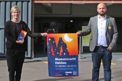 Grit Weise, Sachgebietsleiterin im Kulturamt, und Christian Landrock, Sprecher der Landesausstellung, präsentieren Plakat und Flyer.