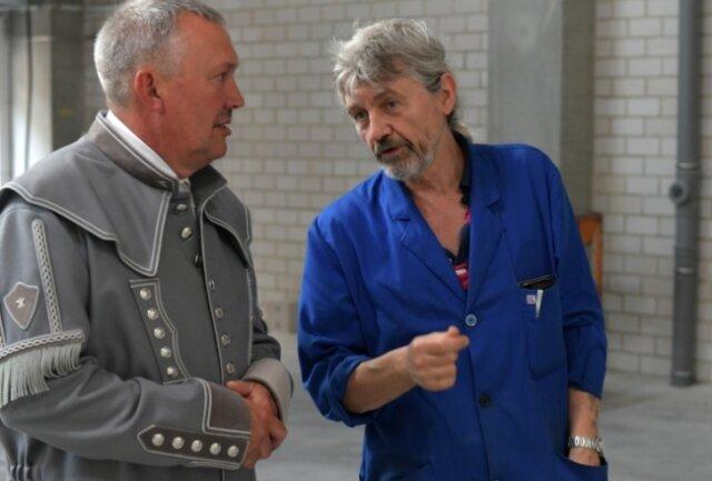 Volker Haupt (l.), der Vorsitzende des Freiberger Hilligervereins, im Gespräch mit Frank Gebhardt, der für den Formguss verantwortlich ist.