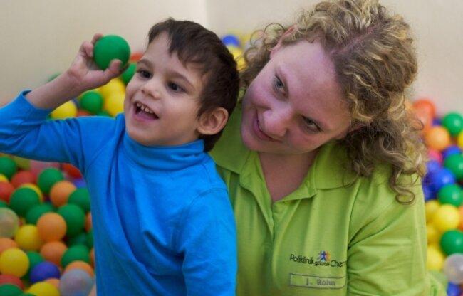 Die 28-jährige Juliane Rohn ist im SPZ Stens Physiotherapeutin. Zu ihr hat der Fünfjährige in den vergangenen Jahren ein enges Verhältnis aufgebaut. Und nach getaner Arbeit geht es immer ins Bällebad.