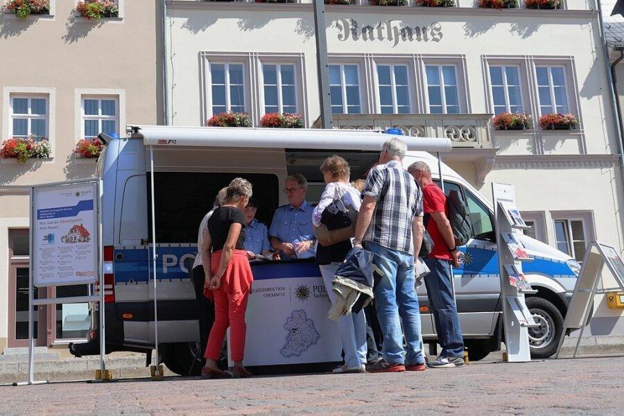 Das Beratungsmobil der Polizeidirektion Chemnitz - hier voriges Jahr in Frankenberg -  ist derzeit im Erzgebirgskreis auf Tour. Am Mittwoch macht es in Zwönitz Station.