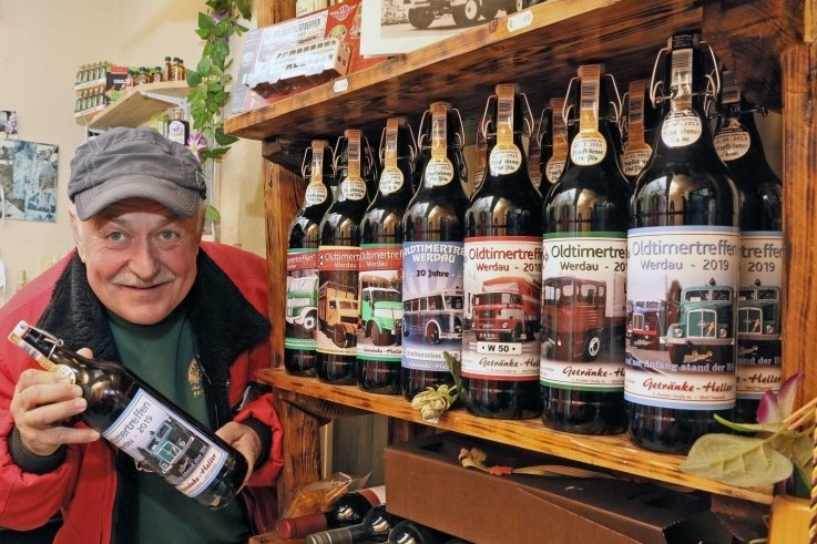 Gottfried Heller hat noch ein paar Flaschen mit den Etiketten der vergangenen Oldtimertreffen vorrätig. Der Inhalt ist frisch.