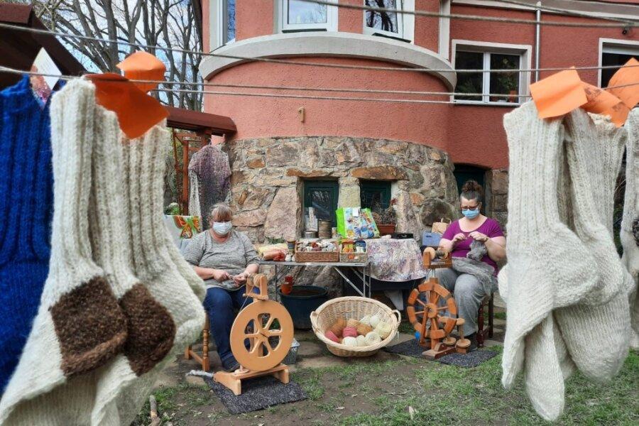 Kunsthandwerkertag in Flöha: Schauvorführung im Garten, statt in der Schauweberei