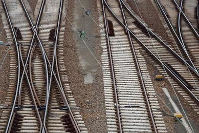 Notbremsung: 18-Jähriger kann sich von Gleisen retten