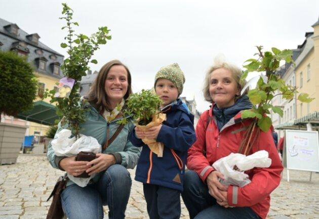 Ganz in Familie haben Cornelia Prager und ihr Sohn Fabian Prager sowieSabine Leichsenring (von links) den Öko- und Streuobstmarkt in Schneeberg besucht. Dort wurden sie vor allem an den Ständen mit Gartenstaudenfündig.
