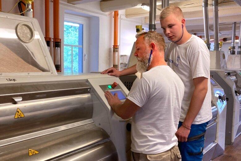 Müller Sven Barthel und Lehrling Lorenz Schild überwachen die Walzenstühle, die das Mehl mahlen.