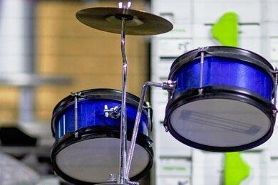 Ein Deko-Schlagzeug steht in einer Diskothek in Mecklenburg-Vorpommern. Bars, Clubs und Diskotheken sind zwar wieder geöffnet, Umsätze wie vor der Coronapandemie werden oftmals aber nicht erreicht, Kurzarbeit ist bei vielen daher noch immer an der Tagesordnung.