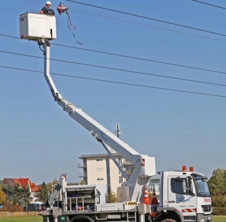 Alle Jahre wieder? Im Herbst 2019 musste bei Zwickau ein Drachen aus einer 300-Kilovolt-Leitung geholt werden (Foto). Am 18. Oktober hatte ein Drachen bei Ottendorf einen Kurzschluss ausgelöst.
