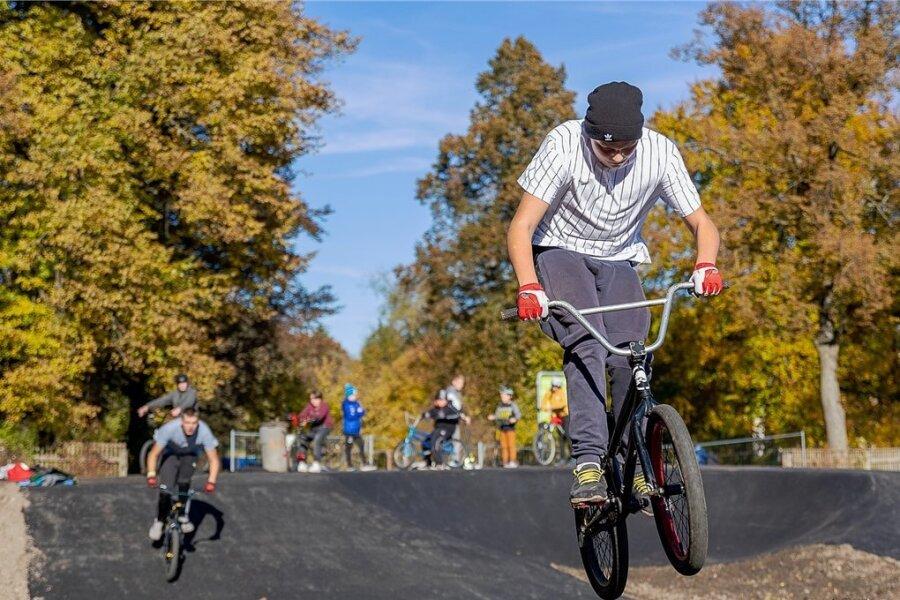 Am Sonntag wird der Pumptrack in Rodewisch offiziell eingeweiht. Die Freizeitanlage kann mit BMX-Rädern, Rollern und Skateboards befahren werden. Schon vor der Freigabe ist die Anlage gut besucht.