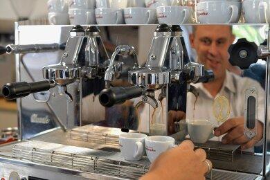 """Zwei Espresso, bitte: """"Kaffeesachse"""" Jan Döring an der Siebträgermaschine."""