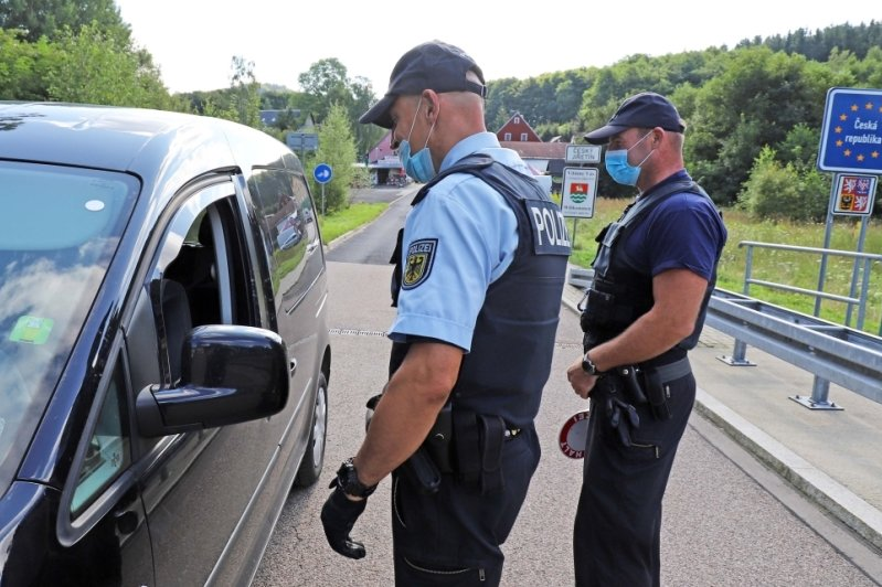 Bundespolizisten kontrollierten am Mittwoch am Grenzübergang Deutschgeorgenthal auch Einreisende im sogenannten kleinen Grenzverkehr auf ihrem Weg zurück nach Deutschland.