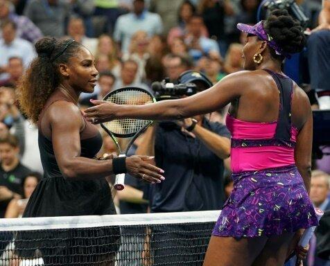 Serena Williams (l.) deklassiert ihre Schwester Venus