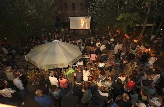 """Menschen schauen an den Plauener Weberhäusern beim """"Klanggarten""""-Festival dicht an dicht Kurzfilme: So war es in Vorjahren. Durch Corona wird nun bei der fünften Auflage alles anders."""