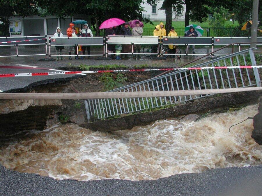 Crottendorf, Hauptstraße: Die Wassermassen, die durch den gebrochenen Damm des Schwarzen Teiches ins Tal schossen, rissen die Brücke mit.