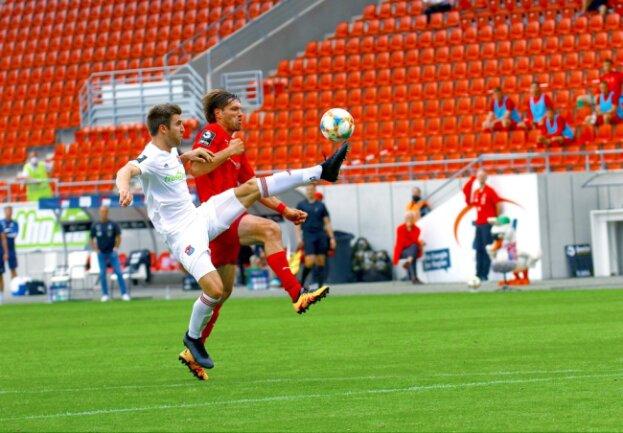 Ronny König vom FSV Zwickau (rechts) im Kampf um den Ball beim Spiel gegen Unterhaching.