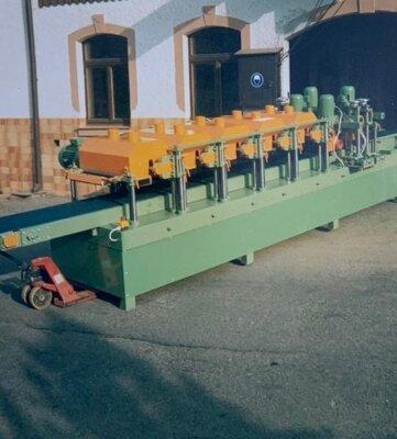 Diese neunspindlige Lackzwischen-schleifmaschine wurde 1996 gebaut.