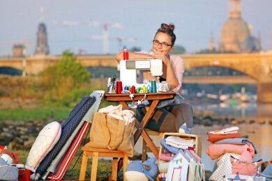 Franziska Lange am Elbstrand. Sie hat mit ihrer Nähmaschine all ihre kreativen Ideen selbst getestet.