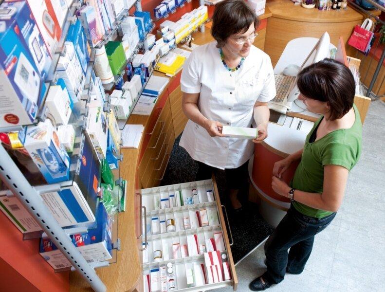 Ein Griff, und das Medikament sollte bereit sein: Pharmazeutisch-kaufmännische Angestellte sorgen dafür, dass in der Apotheke alle Arzneien am richtigen Fleck sind.