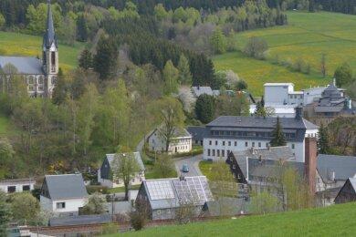 Idyllisch liegen die Orte im Erzgebirge - hier ein Blick auf Rechenberg-Bienenmühle. Doch abgelegene Ortschaften haben meist kein schnelles Internet. Das soll sich in den nächsten Jahren ändern.