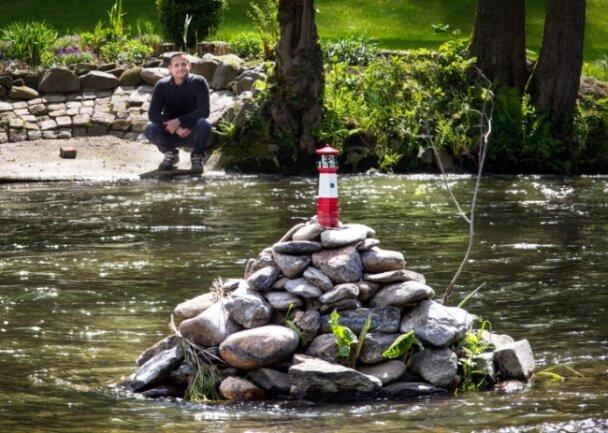 Ronny Joch ist der Leuchtturmwärter aus Hennersdorf. Der Leuchtturm steht seit drei Jahren mitten im Fluss unterhalb der Schönthalbrücke und ist ein beliebtes Fotomotiv für Wanderer und Spaziergänger.