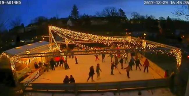"""Über eine Webcam konnten Interessenten stets einen Blick auf die Eisbahn auf dem Parkplatz am """"Klein-Erzgebirge"""" werfen. Meist war sie - so wie hier am 29. Dezember 2017 - sehr gut gefüllt."""