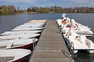 Der Bootsverleih am Schwanenteich kann laut Stadtsprecherin Heike Reinke erst nach Lockerung der gegenwärtig gültigen Beschränkungen von Sozialkontakten eröffnet werden.